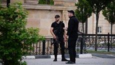 Сотрудники правоохранительных органов у церкви Архангела Михаила в центре Грозного, в которой четверо боевиков пытались захватить прихожан в качестве заложников. Архивное фото