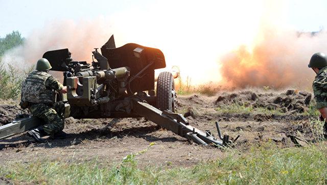 Стрельба из пушки МТ-12 Рапира во время учений на стрельбище Чугуев
