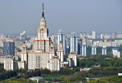 Вид на главное здание Московского государственного университета им. М.В.Ломоносова на Воробьевых горах в Москве.