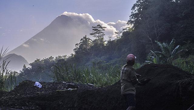 В Индонезии вулкан Мерапи выбросил столб пепла на высоту 3,5 километра