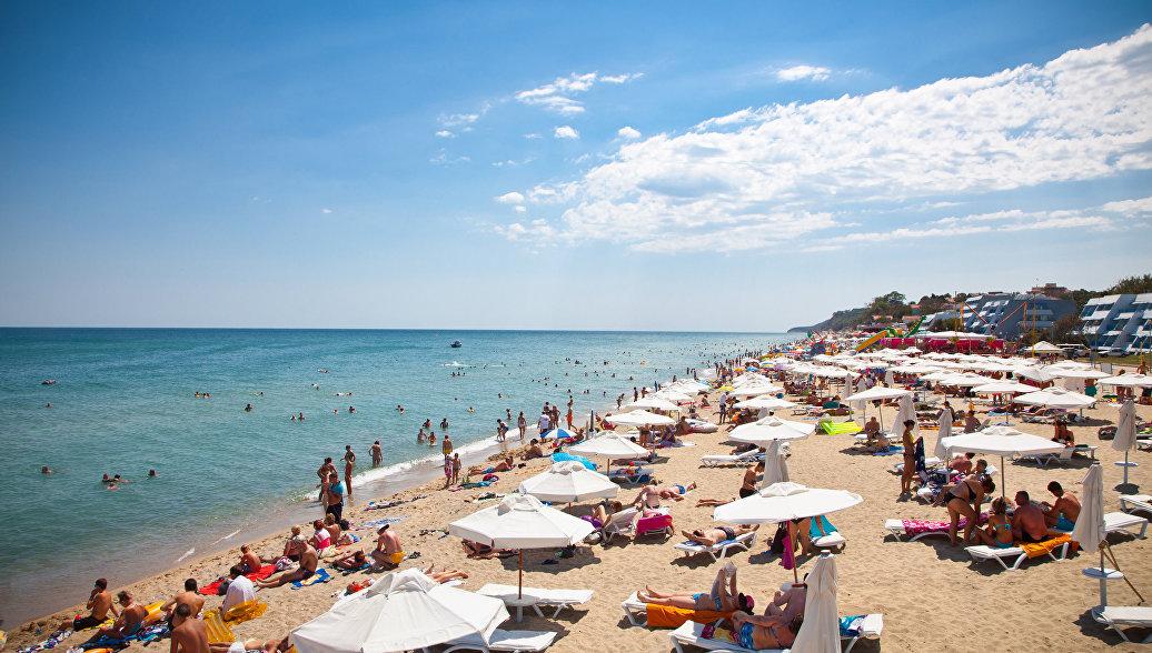 Туристы на пляже на побережье Черного моря в Болгарии. Архивное фото