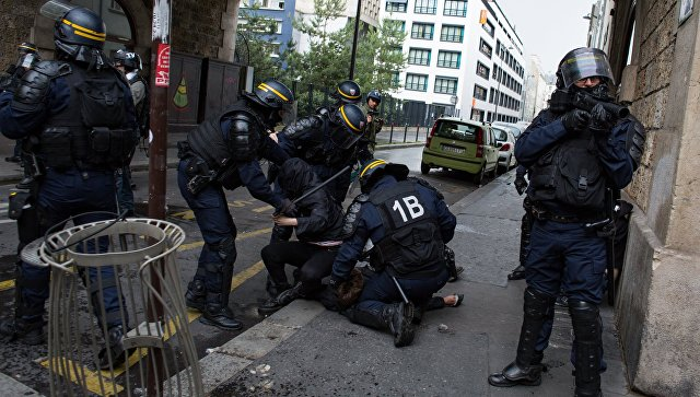 Сотрудники полиции на демонстрации в Париже во время  дня протеста французских государственных служащих против экономических реформ президента Франции Эммануэля Макрона. 22 мая 2018