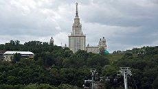Вид на главное здание Московского государственного университета имени М. В. Ломоносова