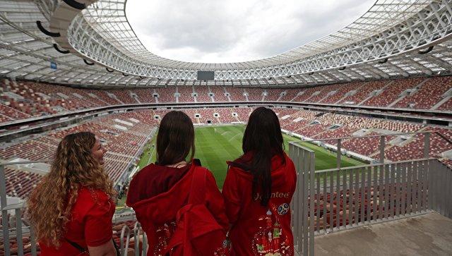 Волонтеры на Большой спортивной арене Лужники в Москве, где пройдут матчи чемпионата мира по футболу 2018 года