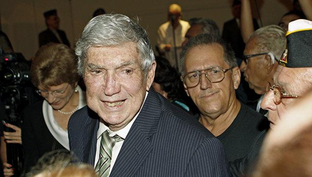 Кубинский активист Луис Посада Каррилес, обвиняемый в покушении на Фиделя Кастро, на приветственном ужине в Майами. 13 апрКубинский активист Луис Посада Каррилес, обвиняемый в покушении на Фиделя Кастро, на приветственном ужине в Майами. Архивное фотоеля 2011