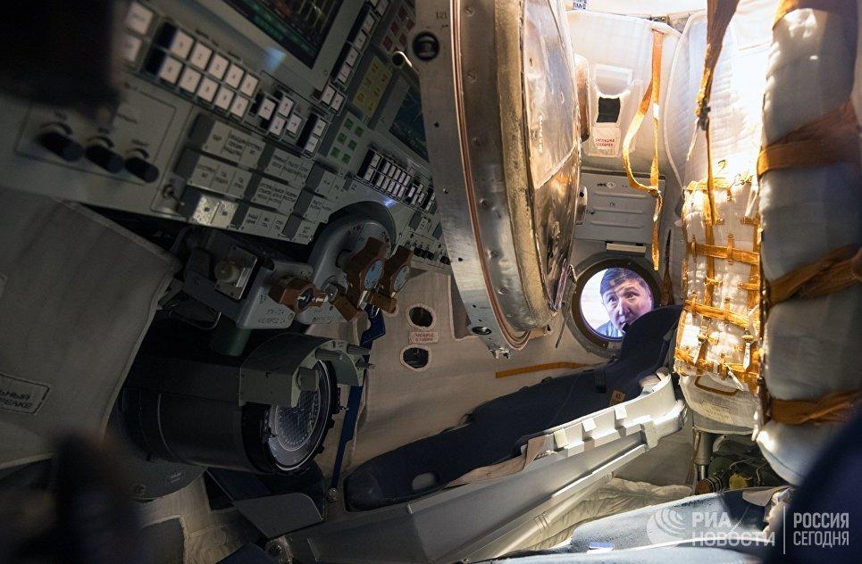 Спускаемый аппарат космического корабля Союз ТМА-16М в павильоне Космос на V Международной выставке вооружения и военно-технического имущества KADEX-2018. 23 мая 2018