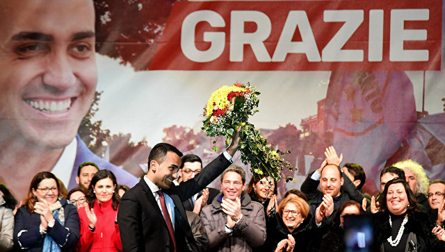 Руководитель партии Движение 5 звезд (Д5З) Луиджи Ди Майо празднует победу в парламентских выборах в Италии. 6 марта 2018