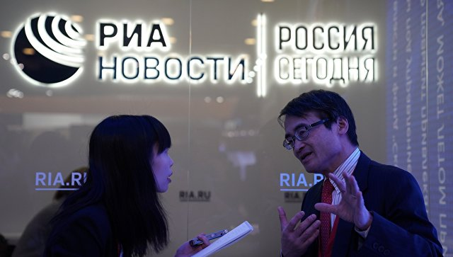 Посетители на стенде МИА Россия сегодня на Петербургском международном экономическом форуме 2018