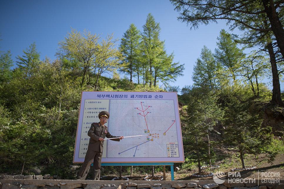 Военнослужащие во время закрытия ядерного полигона Пхунгери на север КНДР
