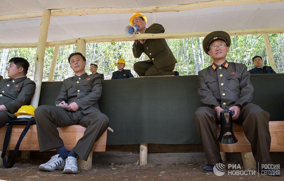 Офицеры во время подрыва шахт, использовавшихся для испытаний, на ядерном полигоне Пхунгери на севере КНДР