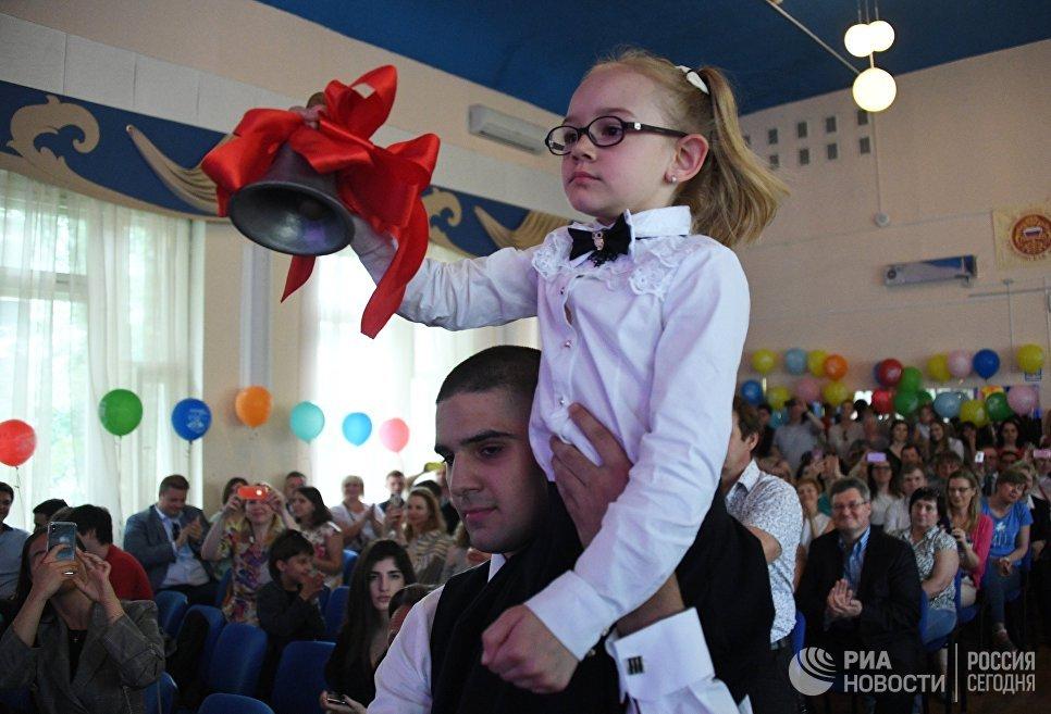 Празднование последнего звонка в ГБОУ Романовская школа № 1240 в Москве