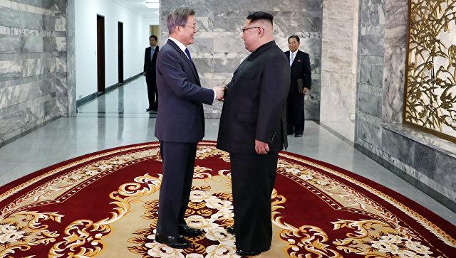 Президент Южной Кореи Мун Чжэ Ин и лидер КНДР Ким Чен Ын. Архивное фото