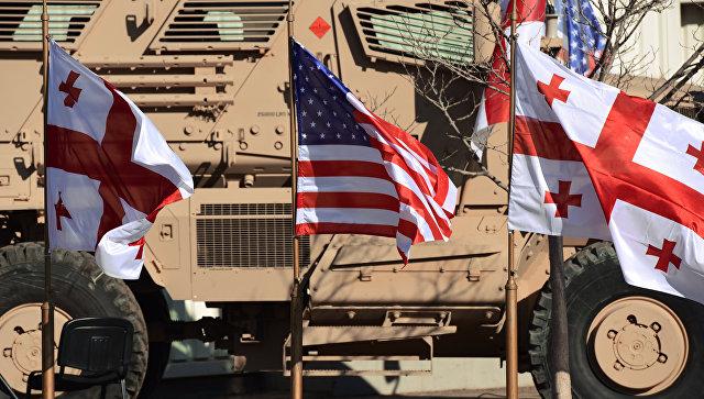 Флаги Грузии и США в совместном центре тренировок и оценок Грузия-НАТО  на территории военной базы в Крцаниси близ Тбилиси, Грузия