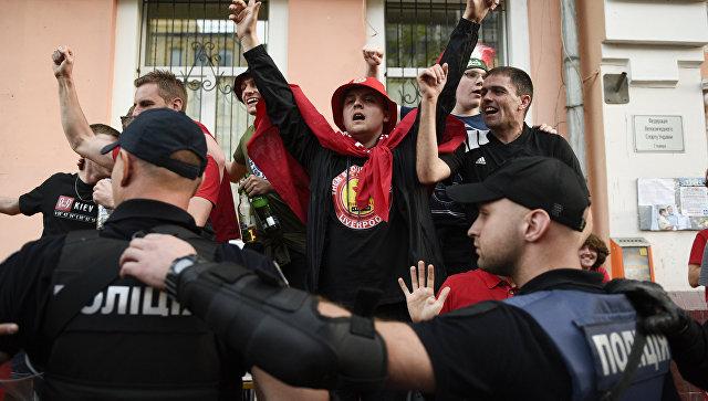 Сотрудники правоохранительных органов Украины и британские болельщики, прибывшие на финал Лиги чемпионов, в Киеве