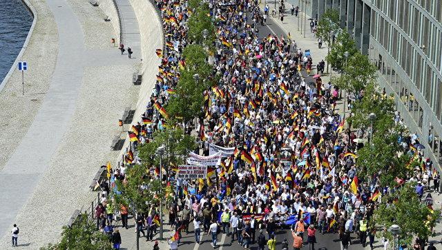 Участники акции протеста, организованной партией Альтернатива для Германии (АдГ), в Берлине. 27 мая 2018