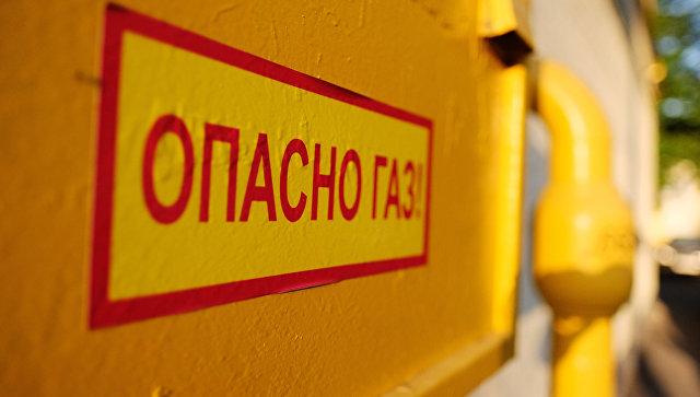 Предупреждающая табличка рядом с трубой газопровода