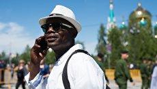 Мужчина на Соборной площади Омска. Архивное фото