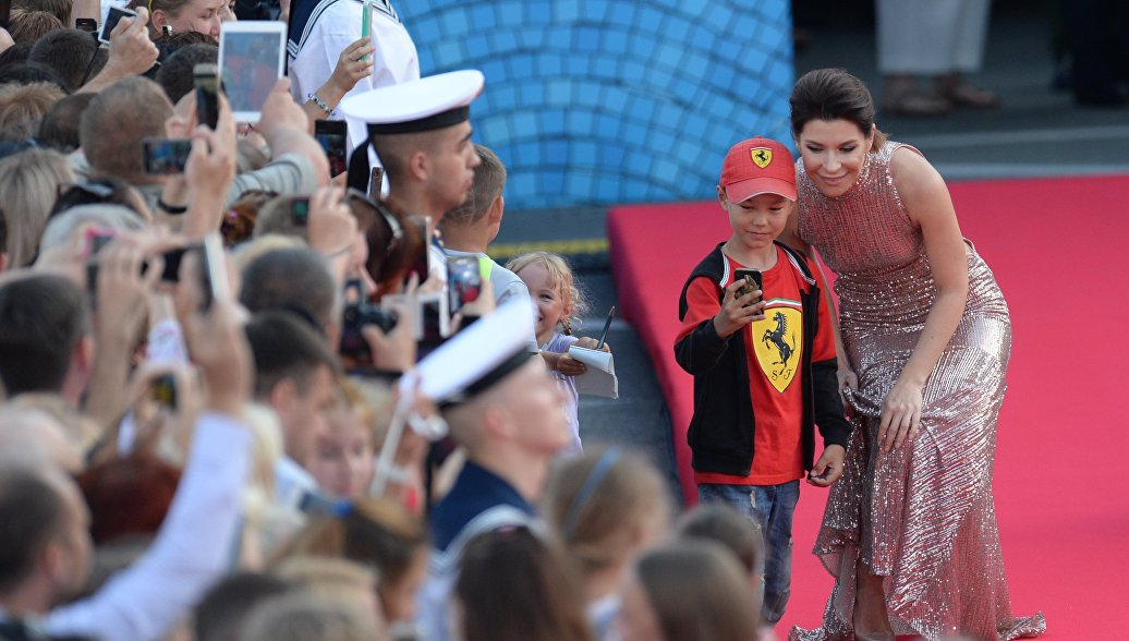 Актриса Екатерина Волкова на красной дорожке перед торжественной церемонией закрытия кинофестиваля Кинотавр в Сочи
