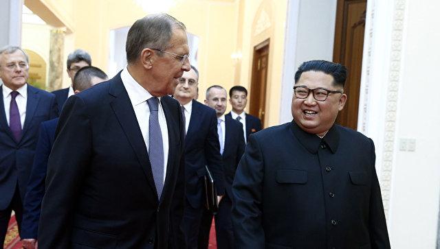 Министр иностранных дел РФ Сергей Лавров и глава КНДР Ким Чен Ын. Архивное фото