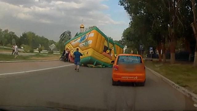 ВАстраханской области ветром сдуло батут, пострадали две девушки
