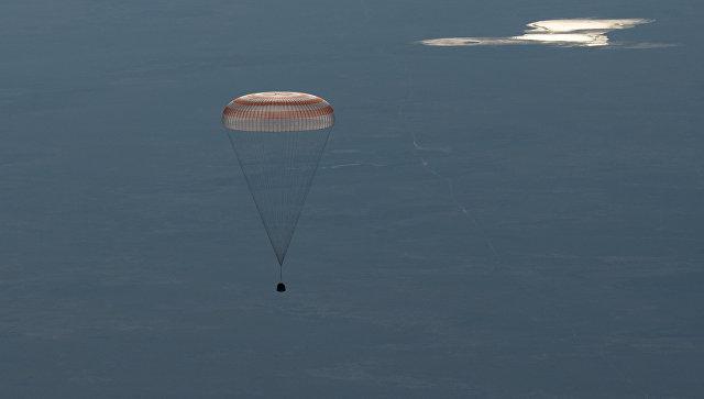 Cпускаемая капсула корабля Союз МС-07 с тремя членами экипажа МКС во время приземления. 3 июня 2018