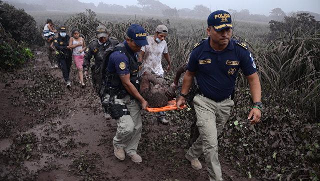 Эвакуация пострадавших при извержении вулкана Фуэго в Гватемале