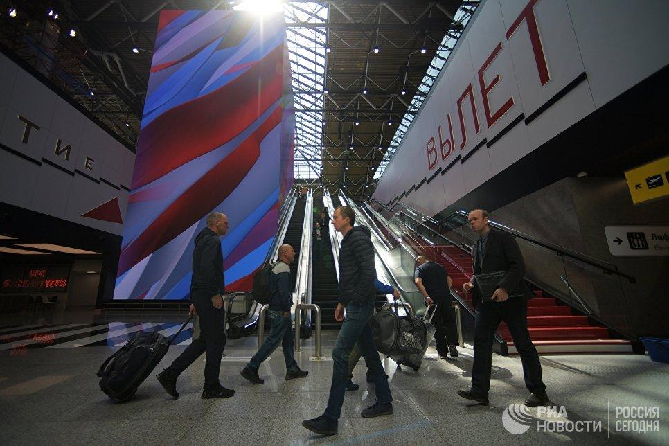 Пассажиры в терминале B международного аэропорта Шереметьево. Архивное фото
