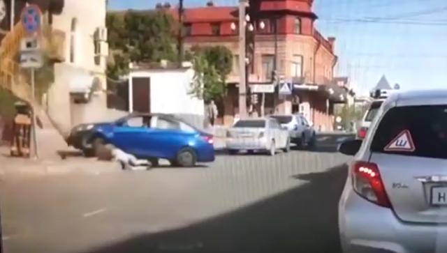 Стоп-кадр видео, где житель Хабаровска сбил на машине свою жену
