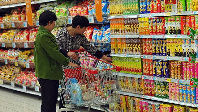 Покупатели в супермаркете города Фуян в Китае