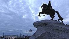 Памятник Петру Первому Медный всадник на Сенатской площади в Санкт-Петербурге в период белых ночей. Архивное фото.