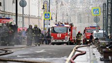 Пожарные расчеты МЧС РФ тушат возгорание на крыше Дома педагогической книги в Москве