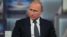 Президент РФ Владимир Путин отвечает на вопросы россиян во время ежегодной специальной программы Прямая линия с Владимиром Путиным в эфире российских телеканалов и радиостанций. Архивное фото