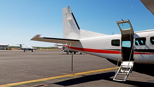 Легкий самолет на летном поле. Архивное фото