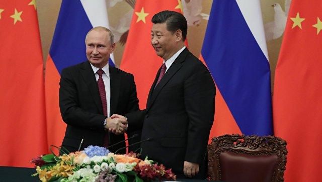 Президент РФ Владимир Путин и председатель КНР Си Цзиньпин на церемонии подписания совместных документов по итогам российско-китайских переговоров в Пекине. 8 июня 2018