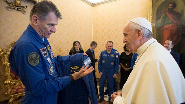 Папе Римскому подарили костюм астронавта