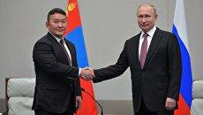 Владимир Путин и президент Монголии Халтмаагийн Баттулга во время встречи на полях саммита ШОС. 9 июня 2018