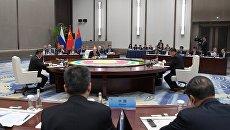 Владимир Путин во время встречи с председателем КНР Си Цзиньпинем и президентом Монголии Халтмаагийном Баттулгой на полях саммита ШОС. 9 июня 2018