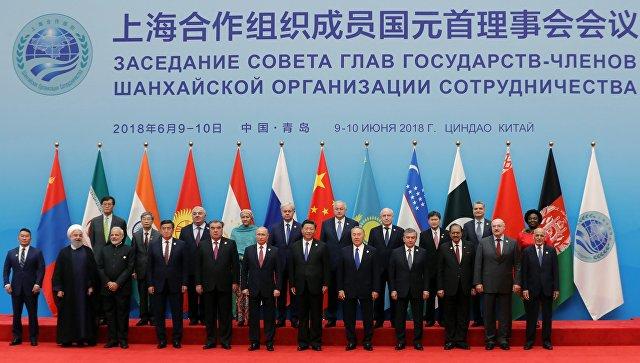 Церемония фотографирования глав государств - членов ШОС, наблюдателей в ШОС и руководителей международных организаций на саммите ШОС в Циндао. 10 июня 2018