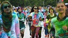 Участники Красочного забега в Москве. Архивное фото