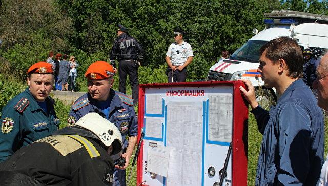 Сотрудники экстренных служб на месте ДТП в Орловском районе. 10 июня 2018