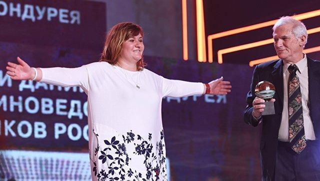 Режиссер Наталия Мещанинова получает награду Приз Гильдии киноведов и кинокритиков за фильм Сердце мира на фестивале Кинотавр в Сочи. 10 июня 2018