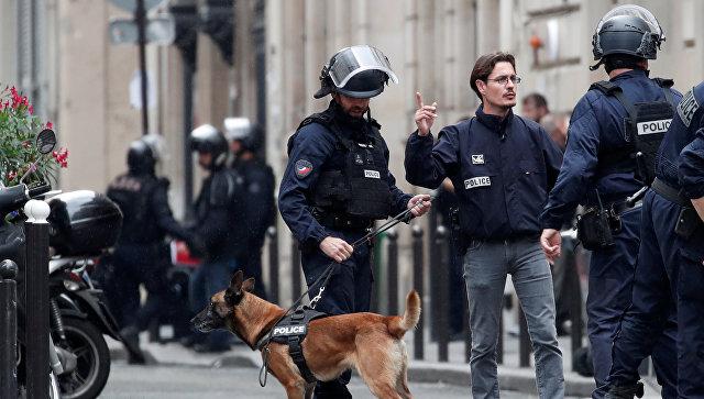 Французская полиция с собакой. Архивное фото