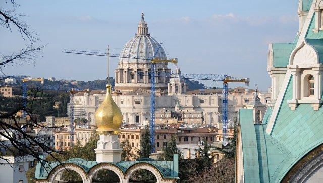 Храм святой великомученицы Екатерины в Риме на фон купола собора Святого Петра