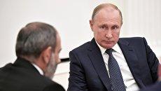 Президент РФ Владимир Путин во время встречи с премьер-министром Армении Николом Пашиняном. Архивное фото