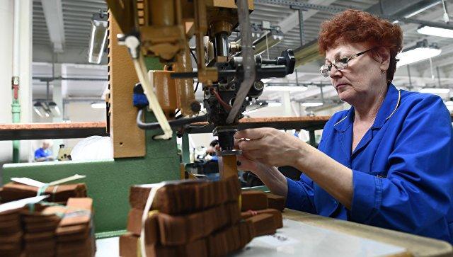 Сотрудница во время работы на подмосковной фабрике. Архивное фото