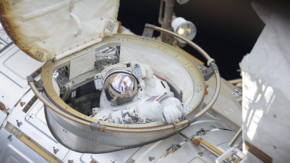 Астронавт НАСА Ричард Арнольд выходит в открытый космос. 14 июня 2018 года