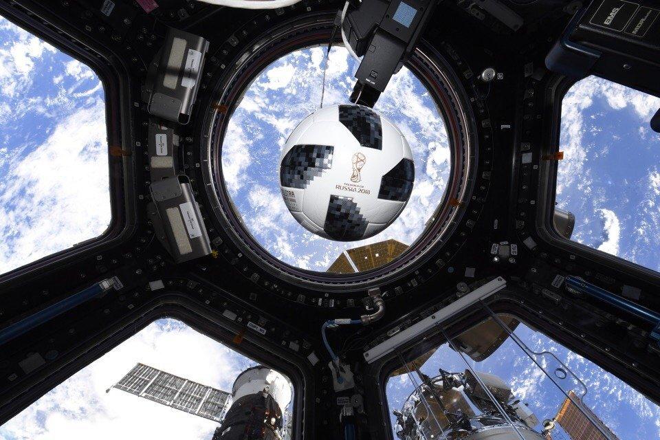 Мяч на борту Международной космической станции