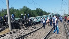 На месте схода вагонов пассажирского поезда в Жамбылской области Казахстана. 17 июня 2018