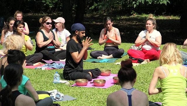 Участники Международного фестиваля йоги в Москве. 17 июня 2018