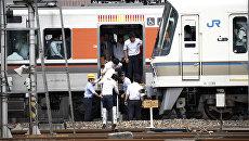 Эвакуация пассажиров из поезда после землетрясения в Осаке. 18 июня 2018